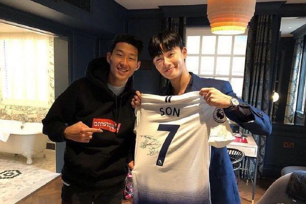 Park Seojoon khoe áo đấu cùng Son Heungmin