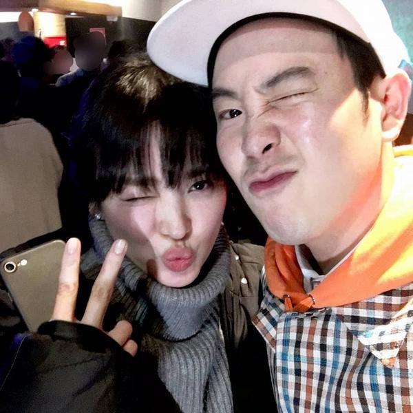 Trước 1 ngày tin đồn ly hôn nổ ra, Song Hye Kyo thân thiết bên cạnh chàng trai này