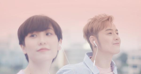 """MV của AKOTDENcónhững thước phim đẹp và vô cùng """"nên thơ"""" như một bộ phim Hàn Quốc nhẹ nhàng lung linh nhiều cảm xúc."""
