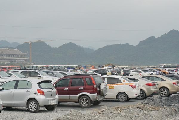 Bãi đỗ xe chật kín các loại phương tiện.