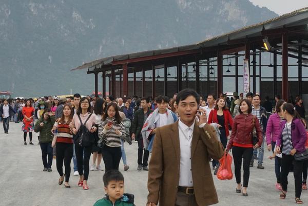 u khách thập phương đã đổ về chùa Tam Chúc
