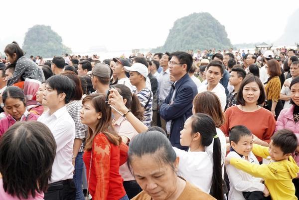 Cảnh hàng vạn người dân chen chân trong ngày khai hội.