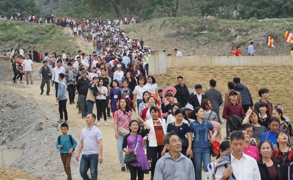 Cảnh dòng người chen chúc lên chùa Tam Chúc