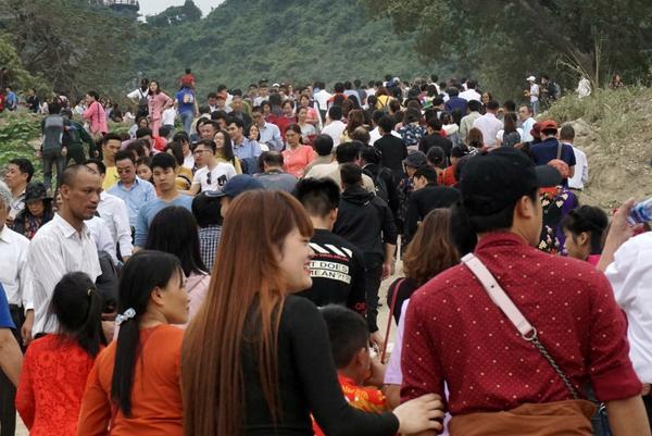 Hình ảnh dòng người đông khủng khiếp trong ngày khai hội chùa Tam Chúc.
