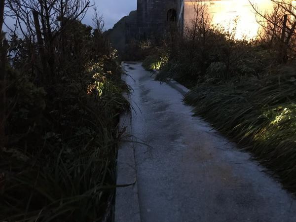 Dọc các con đường được phủ đầy mưa băng trắng xoá..