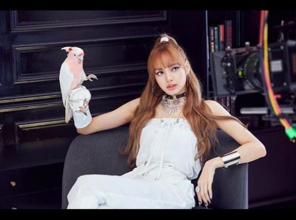 Lisa (Black Pink)  nhan sắc có khả năng thuần phục mọi phong cách