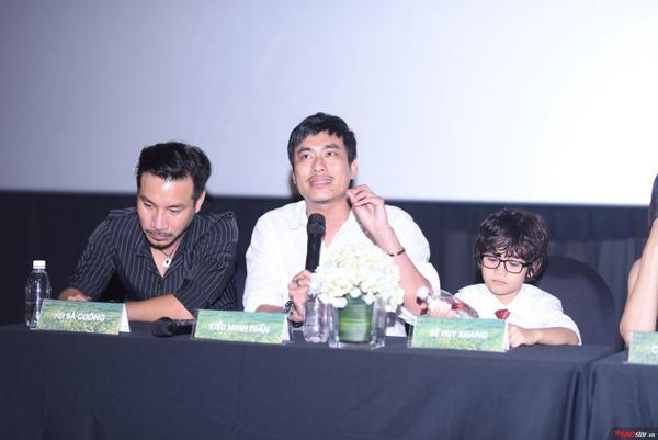 Cát Phượng khóc khi nói về hoàn cảnh làm mẹ đơn thân trong buổi họp báo phim với Kiều Minh Tuấn