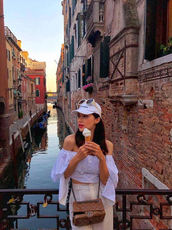 Thương hiệu nón lưỡi trai yêu thích thứ hai của Hương Giang chính là Balenciaga, cô nàng sắm sửa cho mình mấy chiếc liền.