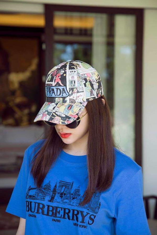 Prada là một trong những thương hiệu mà người đẹp yêu thích, cô nàng sắm sửa cho mình một chiếc với họa tiết cực kỳ nổi bật.