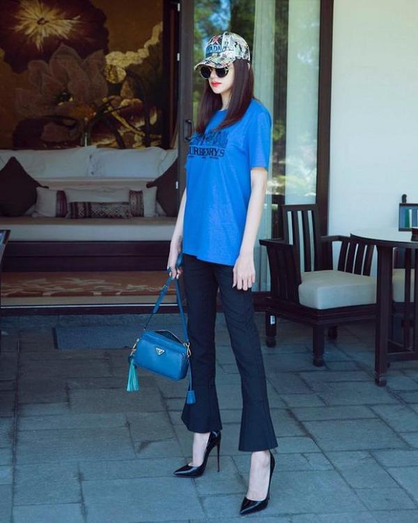 """Những tưởng, outfit đầy màu sắc này sẽ """"làm khó"""" nàng hậu trong khoản phối đồ, nhưng với việc mix cùng áo phông Burberry và túi cùng màu sắc, Hương Giang đã giải quyết vấn đề này """"thật ngọt""""."""