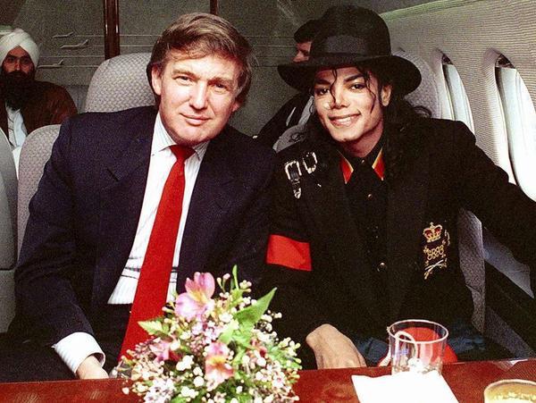 Donald Trump chụp hình ông hoàng nhạc Pop quá cố Michael Jackson , nổi bật trong trang phục của ông Trump là chiếc cà vạt màu đỏ.
