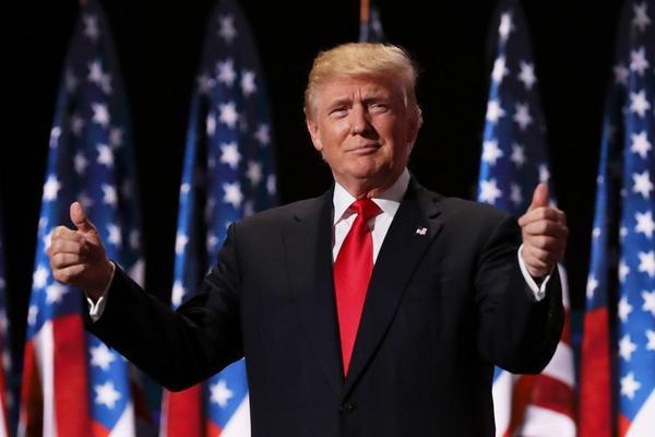 Tổng thống Donald Trump luôn thích những thứ đắt tiền và những bộ vest của ông cũng vậy.