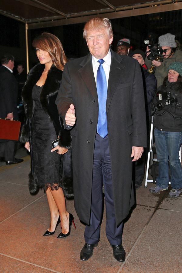 Đôi khi ông Trump cũng thay đổi phong cách, thay vì mặc hoài những bộ suit, ông lại chọn cho mình những áo khoác dáng dài khi trời trở lạnh vào mùa đông.