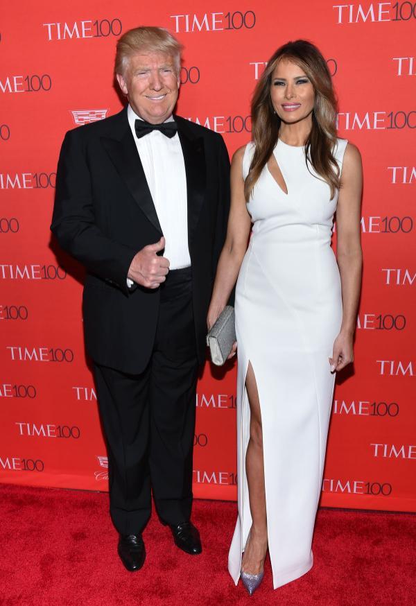 Bà Melania thường rất thích những chiếc váy trắng và ông Trump thường chỉ mặc vest đen để làm nền cho vợ.