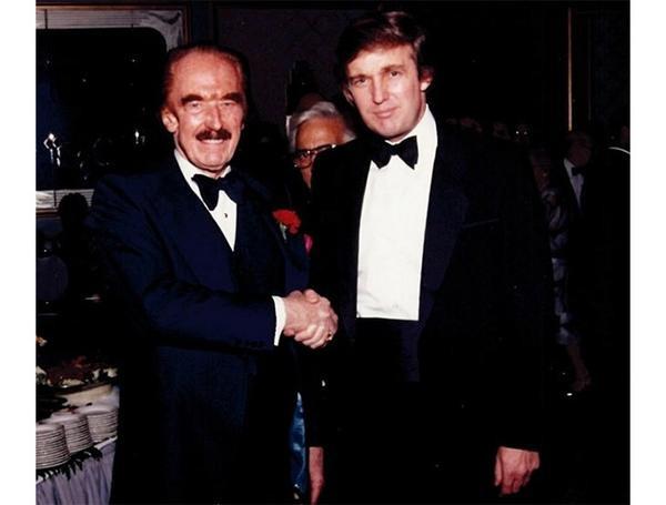 Donald Trump xuất hiện cùng cha tại một sự kiện trong bộ tuxedo gắn nơ.