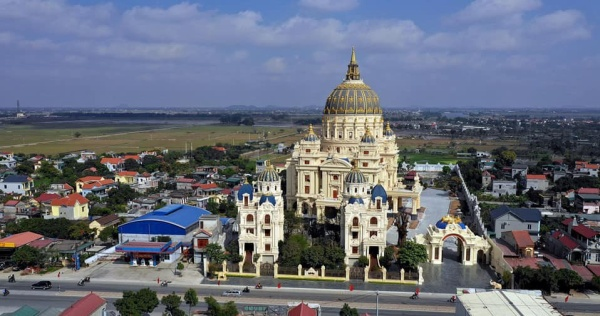 Báo Tây choáng ngợp trước lâu đài khổng lồ của đại gia Ninh Bình - Ảnh 1.