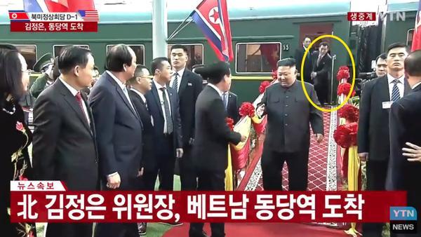 Phiên dịch Viên chạy theo để phiên dịch cho ông Kim.