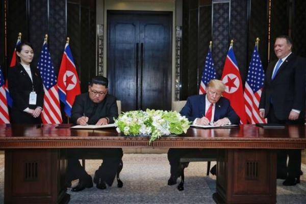 Bà Kim Yo Jong và Chủ tịch Kim Jong-un tại hội nghị thượng đỉnh Mỹ - Triều lần đầu tiên tại Singapore vào tháng 6 năm ngoái. Ảnh: Zing