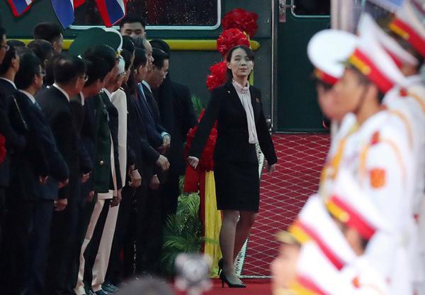 Bà Kim Yo Jong cẩn thận thị sát sân ga Đồng Đăng trước khi anh trai xuống tàu. Ảnh: Helino