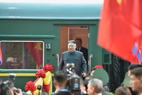 Chủ tịch Triều Tiên Kim Jong-un bước ra khỏi đoàn tàu bọc thép, tới ga Đồng Đăng (Lạng Sơn). Ảnh: Zing