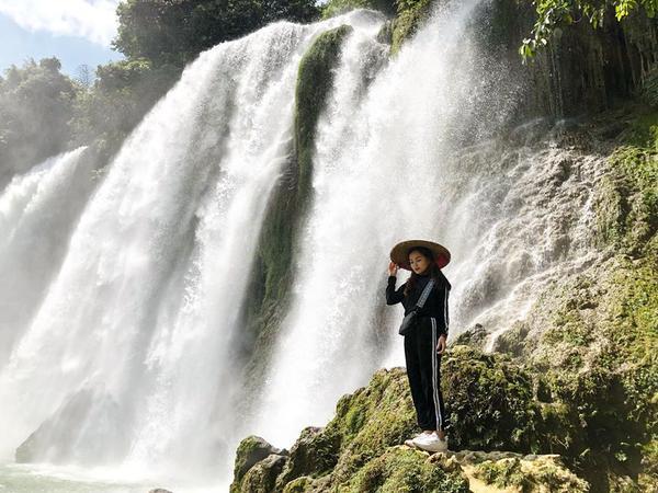 """Trong những bức ảnh check-in tại các địa điểm du lịch nổi tiếng, 9x luôn bày tỏ sự tự hào khi diện những """"item"""" đặc thù của dân tộc Việt Nam."""