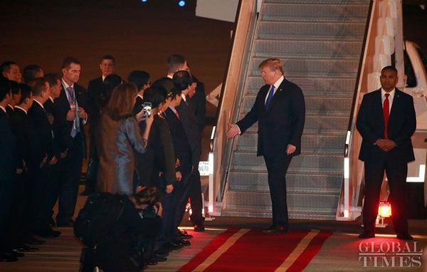 Tối 26/2, chuyên cơ chở Tổng thống Mỹ Donald Trump đã hạ cánh xuống sân bay Nội Bài (Hà Nội), chuẩn bị cuộc họp thượng đỉnh lần hai với Chủ tịch Triều Tiên Kim Jong-un tại Hà Nội vào ngày 27-28/2 tới.