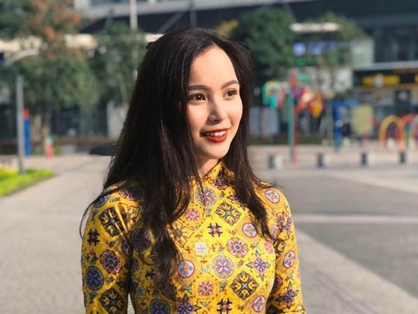 Cô nàng rất duyên dáng trong tà áo dài và vô cùng tươi tắn, rạng rỡ khi tặng hoa cho tổng thống Mỹ.Phương Linh tỏ ra khá tự tin với ngoại ngữ khi thường xuyên viết chú thích bằng tiếng Anh cho các bài đăng trên trang cá nhân.