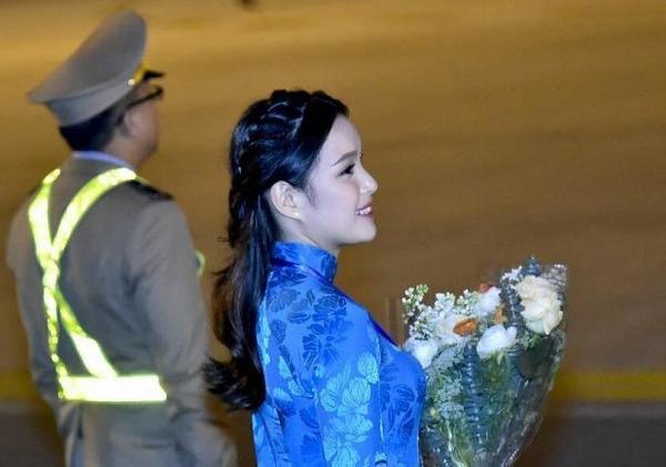 Cô gái may mắn được tặng hoa cho ông Trump ở sân bay là Phương Linh, 20 tuổi, sinh viên khoa Luật Quốc tế, Học viện Ngoại giao Việt Nam.