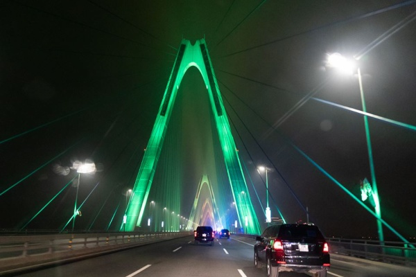 Nhà Trắng mô tả đây là cây cầu rực rỡ sắc màu.
