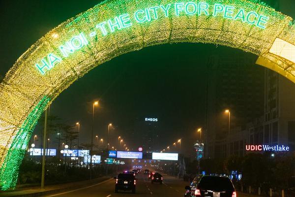 """Bức ảnh chụp cổng chào có dòng chữ: """"Hanoi- The City For Peace"""" - """"Hà Nội - Thành phố vì Hòa bình"""". Nhà lãnh đạo Kim Jong-un và Tổng thống Donald Trump sẽ khởi động hội nghị thượng đỉnh lần hai với một bữa tối xã giao và một cuộc gặp riêng trong ngày 27/2."""