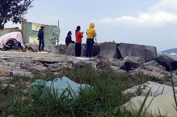 Người nhà cháu Nhi túc trực và liên tục thắp hương bên bờ sông Hàn để hi vọng sớm tìm được thi thể nạn nhân.