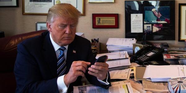 Sau khi tiếp nhận ghế Tổng thống Mỹ, ông Trump phải giao lại chiếc điện thoại Android đời cũ cho Nhà Trắng. (Ảnh: HuffingtonPost).