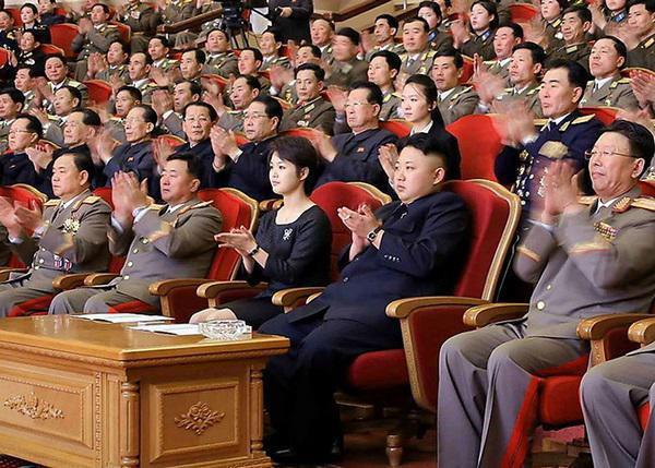Trong buổi lễ kỷ niệm 73 năm ngày sinh cố lãnh đạo Kim Jong-il hồi tháng 2/2014, cả hai cũng đã đeo chiếc đồng hồ này.