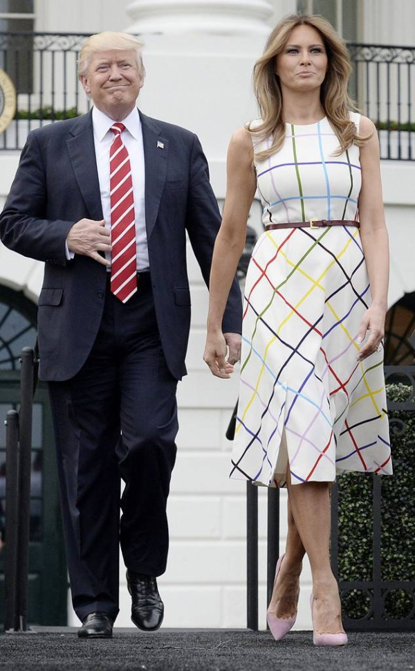 Đơn cử như trong set đồ này, cravat sọc đỏ của ông Donald Trump cực kỳ ăn nhập với chiếc váy sọc ca-rô của Melania Trump.