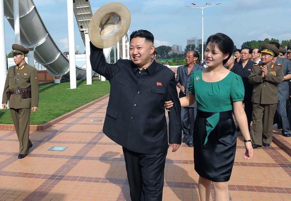 Mặc dù vậy, không có thông tin nào về thời điểm diễn ra lễ cưới của ông Kim và bà Ri. Một số phương tiện truyền thông đưa tin họ kết hôn vào năm 2009 và bà Ri đã sinh con ngay trong năm sau. Nhưng số khác lại nhận định hai người quen nhau tại một buổi hòa nhạc cổ điển vào năm 2010.