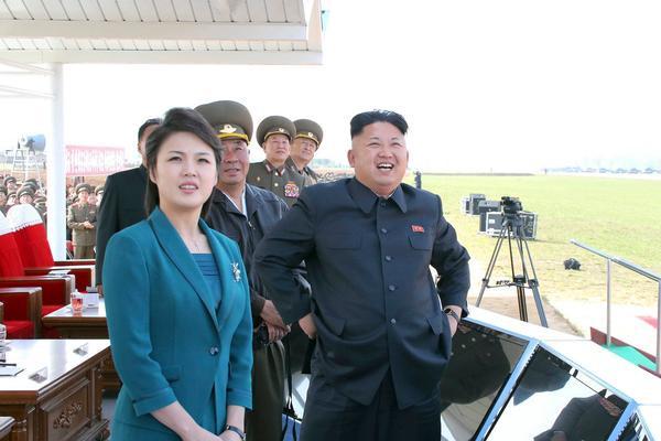 Theo các tin đồn lan truyền, bà Ri sinh ngày28/9/1989, xuất thân từ một gia đình ưu tú, cha là giáo sư và mẹ là bác sĩ. Thông tin về cuộc sống trước hôn nhân của bà Ri vẫn còn là một ẩn số, nhưng tình báo Hàn Quốc cho biết bà từng học hát ở Trung Quốc, biểu diễn trong một dàn nhạc của Triều Tiên và đến thăm Hàn Quốc vào năm 2005 với tư cách là thành viên của đội cổ vũ Triều Tiên.