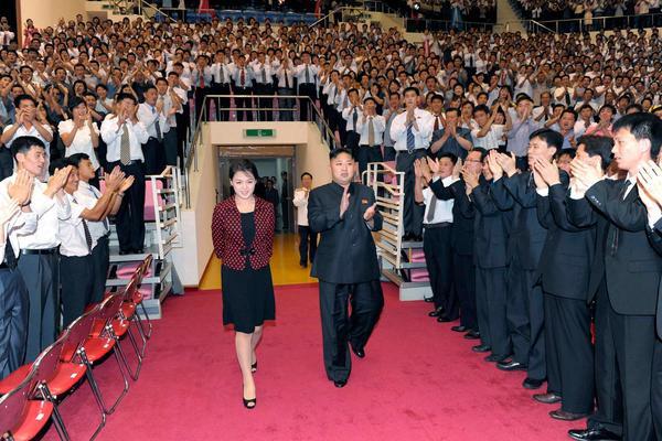 Theo BBC, bà Ri làm đám cưới với Chủ tịch Kim Jong-un năm 2009 như một phần của kế hoạch kế nhiệm do cố Chủ tịch Kim Jong-il vạch ra sau khi ông bị một cơn đột quỵ.