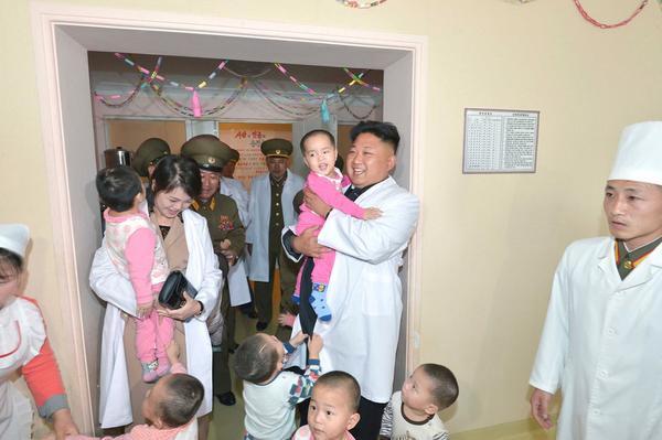 """Nhiều thông tin cũng đồn đoán rằng bà Ri sinh hạ 3 đứa con và đứa con đầu lòng được tin là con trai sinh năm 2010, sau này có thể sẽ nối nghiệp ông Kim. Đứa con thứ hai là con gái, sinh năm 2013 và con thứ 3 chưa rõ giới tính sinh vào tháng 2/2017.Các nhà ngoại giao Hàn Quốc từng đến thăm Triều Tiên miêu tả vợ chồng nhà lãnh đạo Triều Tiên là một cặp đôi tình cảm và """"dường như bình đẳng với nhau""""."""
