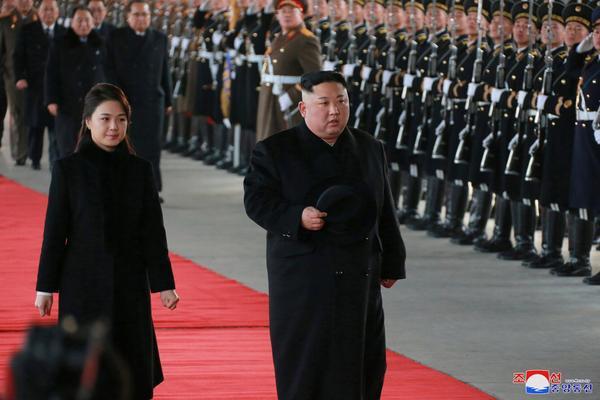 """Bà Ri là biểu tượng thời trang của Triều Tiên. Phu nhân Chủ tịch Kim không quá xa lạ với thời trang phương Tây khi nhiều lần mang theotúi xách Chanel và Diorđi cùng chồng tới các sự kiện.Các nhà thiết kế thời trang Hong Kong nhận xét phong cách của bà Ri """"tinh tế"""" và """"không quá bảo thủ""""."""