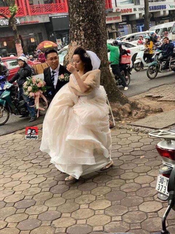 Cô dâu phải bê váy để di chuyển. Ảnh: Hóng