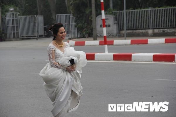 Cô dâu dù mệt nhưng vẫn cố nở nụ cười. Ảnh: VTCNEWS