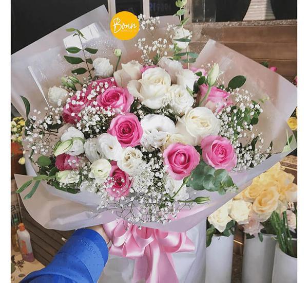Một bó hoa hồng cùng lời chúc ngọt ngào sẽ khiến phái nữ cảm động