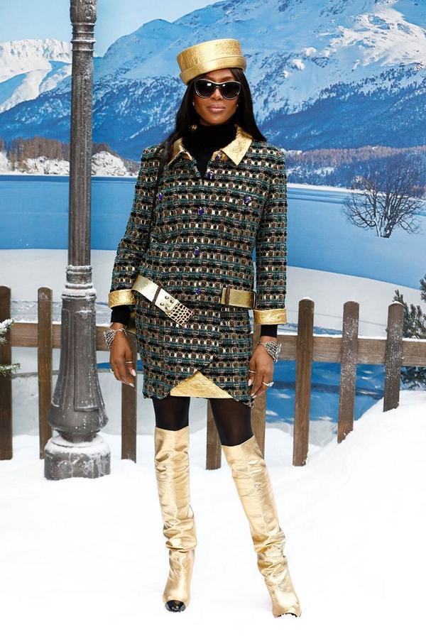 Siêu mẫu hổ báo Naomi Campbell lạ mắt trong set đồ của Chanel thuộc BST Chanel Pre-fall 2019 với tông màu vàng lóng láng nổi bật