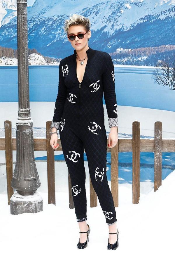 Kristen Stewart là nàng thơ góp mặt trong nhiều dự án thời trang của Chanel. Karl từng gọi Stewart là Mona Lisa của giới thời trang và vừa qua cô đến xem show trong bộ bodysuit vô cùng cá tính và mạnh mẽ.