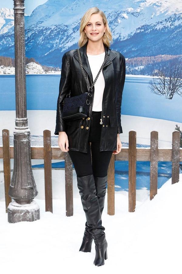 Poppy Delevingne được biết là chị gái của nàng siêu mẫu Cara Delevingne , xuất hiện tại show với trang phục vô cùng đơn giản như áo thun phối cùng áo khoác da và quần jeans đen mix cùng boots cổ cao.
