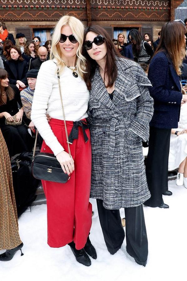 Siêu mẫu Claudia Schiffer và Monica Bellucci tay bắt mặt mừng khi găp nhau tại Chanel Show