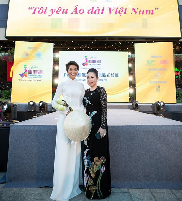 Hoa hậu và mẹ nuôi chụp ảnh tại sự kiện
