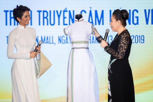 """H' Hen Niê chia sẻ: """"Cảm ơn rất nhiều đối với mẹ Linh San, vì đã mang đến cho con chiếc áo dài trắng tuyệt đẹp và đặc biệt này""""."""