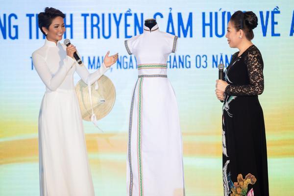 H'hen Niê được mẹ nuôi NTK Linh San tặng lại chiếc áo dài độc đáo