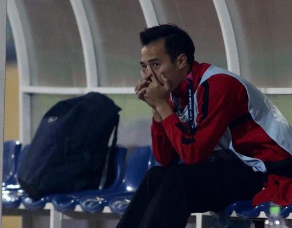Hình ảnh Văn Toàn ngồi lặng lẽ chứng kiến các đồng đội thi đấu khiến cho người hâm mộ vô cùng xót xa.